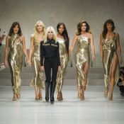 Carla Bruni et Claudia Schiffer défilent pour Gianni, Charlene de Monaco éblouit