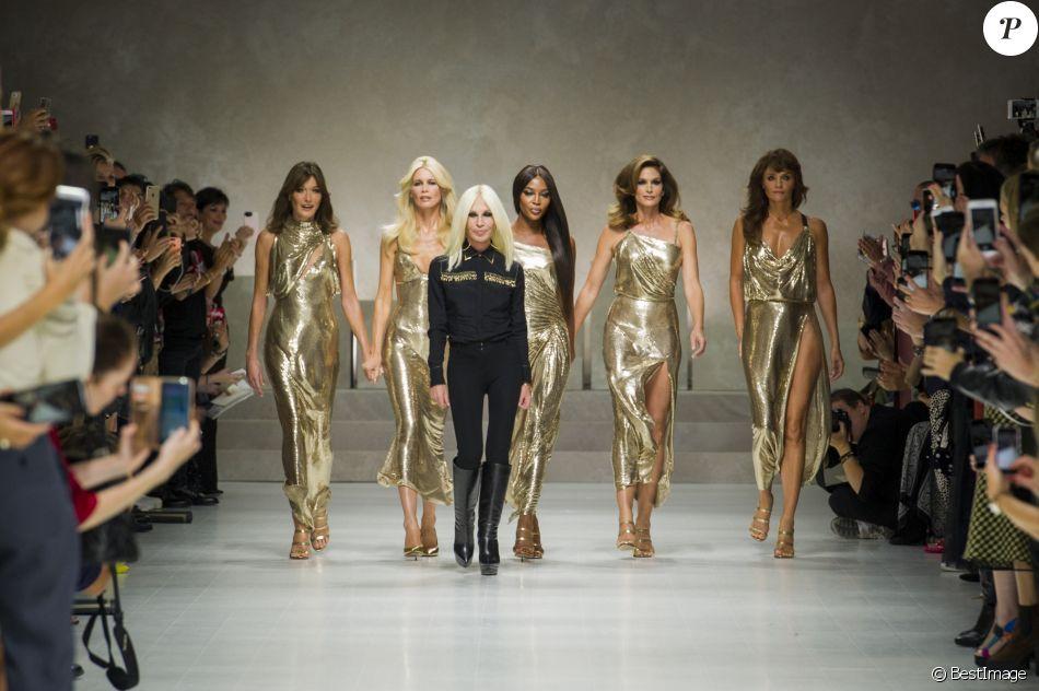 Donatella Versace a ponctué le défilé Versace printemps-été 2018 dédié à la mémoire de son frère Gianni avec à ses côtés Carla Bruni-Sarkozy, Claudia Schiffer, Naomi Campbell, Cindy Crawford et Helena Christensen, le 22 septembre 2017 à la Fashion Week de Milan. Instagram Donatella Versace.