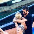 Scott Disick et Sofia Richie se câlinent et s'embrassent sur un bateau lors d'une balade entre amis à Miami le 23 septembre 2017