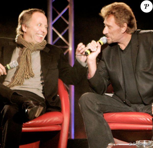 """Fabrice Luchini et Johnny Hallyday pour la promotion de leur film """"Jean-Philippe"""" au Grand Rex, à Paris, le 20 mars 2006."""