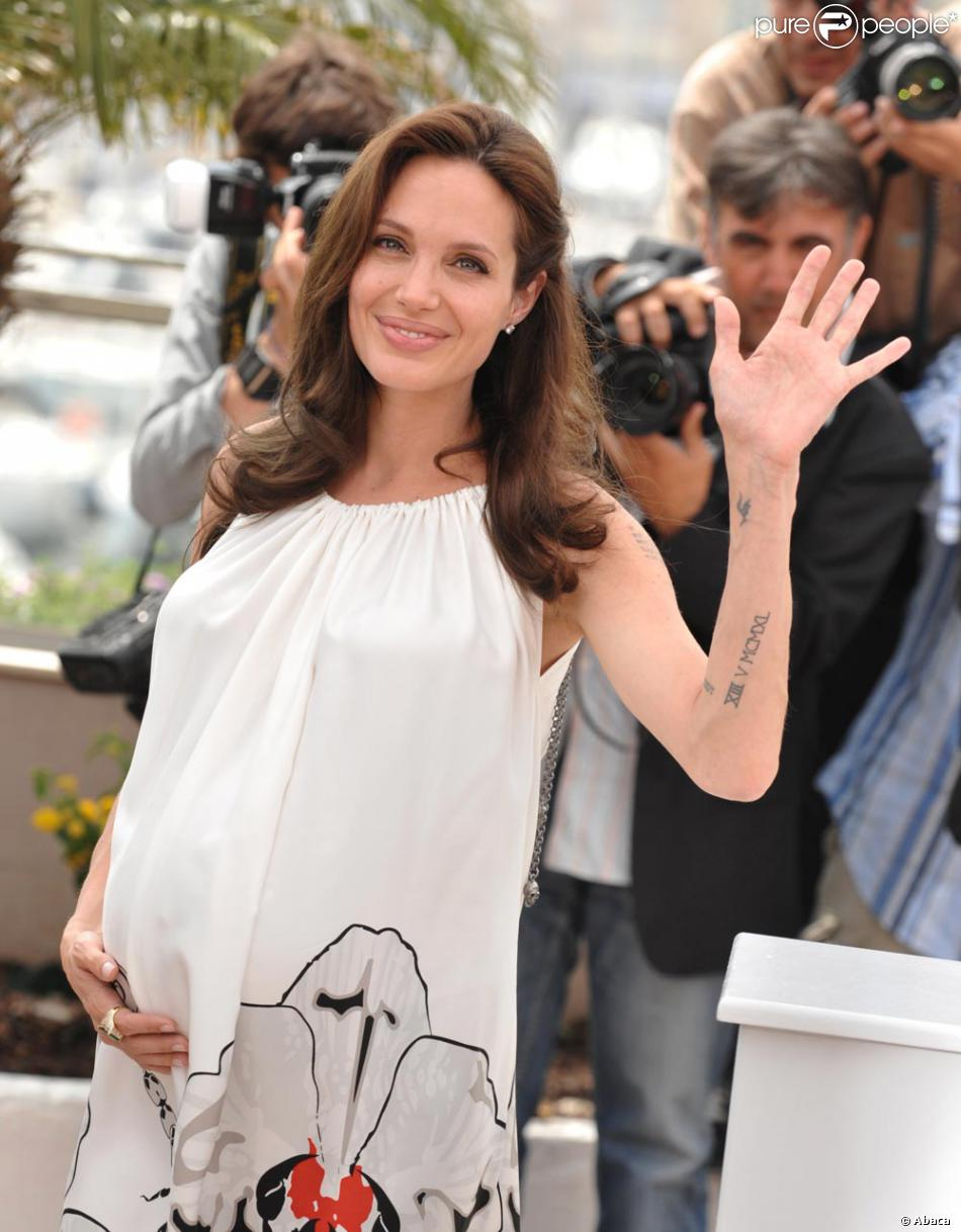 Angelina Jolie A Fait Tatouer Xiii V Mcmxl Soit 13 Mai 1940 Date