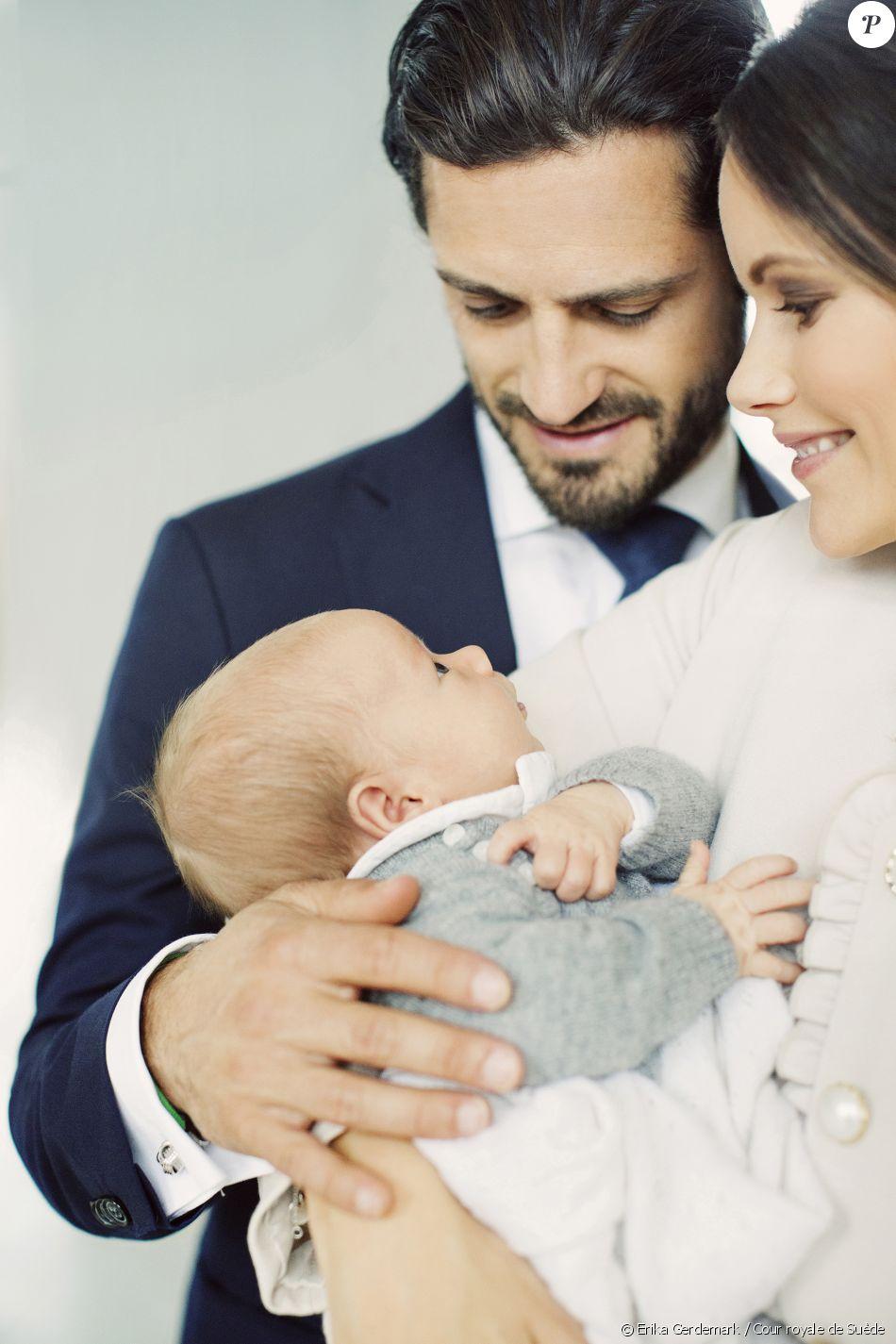 Le prince Gabriel de Suède dans les bras de ses parents le prince Carl Philip et la princesse Sofia, photographiés par Erika Gerdemark en septembre 2017. © Erika Gerdemark / Cour royale de Suède