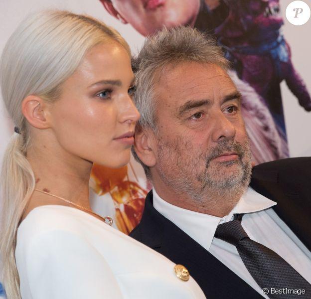 """Luc Besson et Sasha Luss lors de la première de """"Valerian et la Cité des Mille Planètes"""" à Moscou, le 27 juillet 2017."""