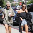 Kim et Kourtney Kardashian font du shopping au magasin BuyBuy Baby à Calabasas. Le 9 octobre 2017.
