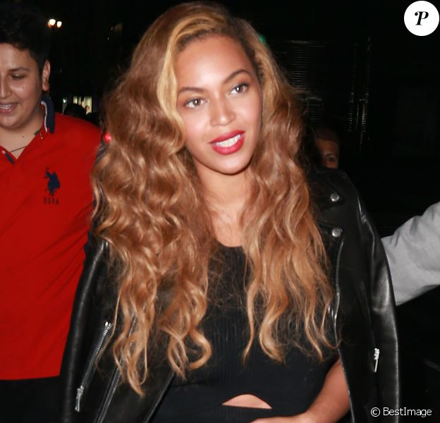 Beyonce Knowles, un MacBook Apple à la main, lors d'une sortie de nuit à New York, le 30 juin 2015.