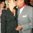 Henri Salvador fait commandeur de la Légion d'honeur avec son épouse Catherine, à l'Elysée, Paris, le 25 juin 2004.