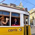 Le roi Willem-Alexander et la reine Maxima des Pays-Bas visitent le quartier de Mouraria en tramway lors d'une visitent officielle à Lisbonne au Portugal le 10 octobre 2017. 10/10/2017 - Lisbonne