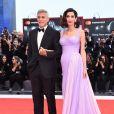 """George Clooney et sa femme Amal Alamuddin à la projection de """"Suburbicon"""" au 74e Festival de Venise, le 2 septembre 2017."""