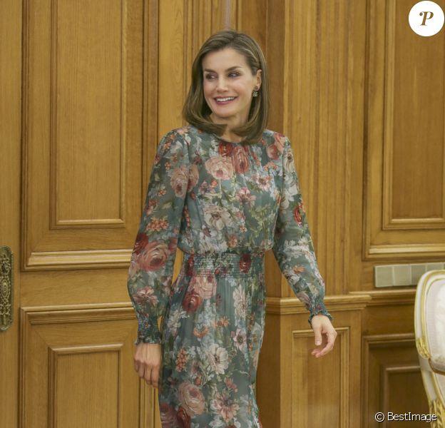 La reine Letizia d'Espagne, vêtue d'une toute nouvelle robe Zara, lors d'audiences au palais de la Zarzuela le 17 octobre 2017 à Madrid.