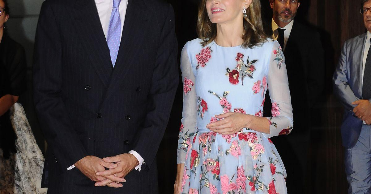 La reine letizia d 39 espagne superbe dans une robe fleurs for Code de robe de mariage de palais de justice