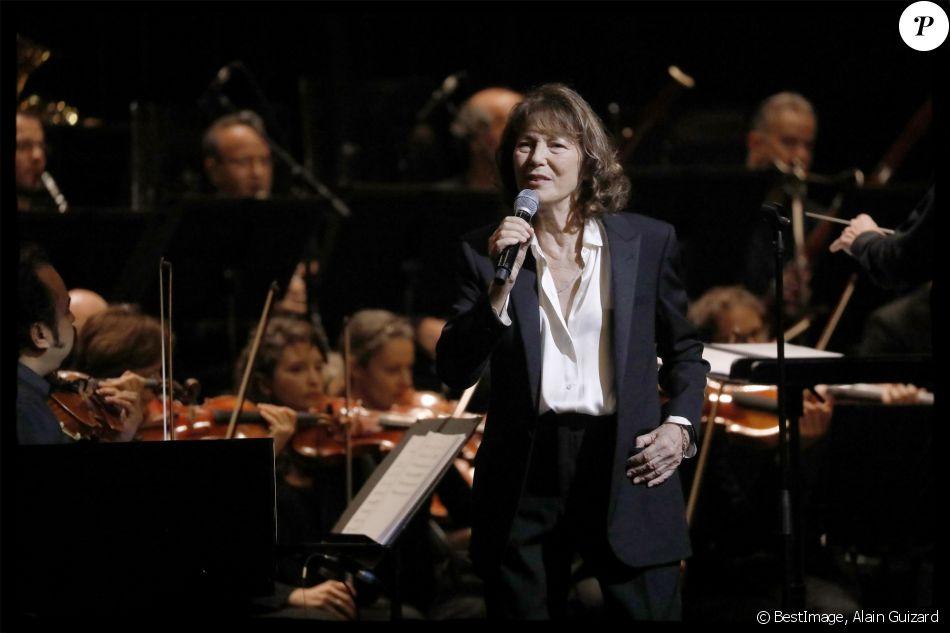 """Jane Birkin en concert sur la scène du Grand Rex dans le cadre de sa tournée """"Gainsbourg, Le Symphonique"""" à Paris le 26 octobre 2017. © ≈/Bestimage"""