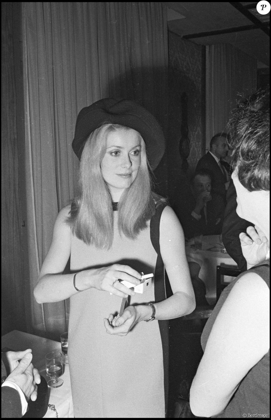 Catherine Deneuve lors d'une soirée à Paris en 1968