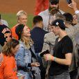 Kate Upton avec son compagnon Justin Verlander au match des Dodgers Astros' Game 7 au Dodger Stadium à Los Angeles quelques jours avant leur mariage, le 1er novembre 2017