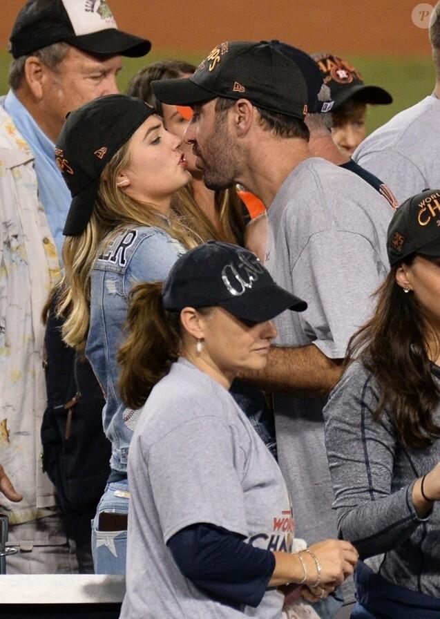Kate Upton embrasse son compagnon Justin Verlander au match des Dodgers Astros' Game 7 au Dodger Stadium à Los Angeles quelques jours avant leur mariage, le 1er novembre 2017