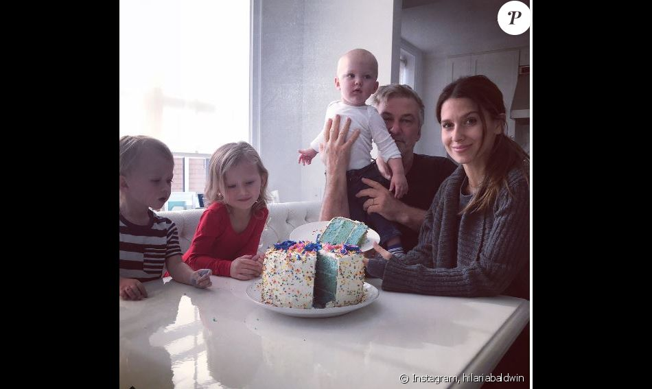 Hilaria Baldwin révèle le sexe de son bébé sur Instagram, auprès de son mari Alec Baldwin et de leurs trois autres enfants. Novembre 2017