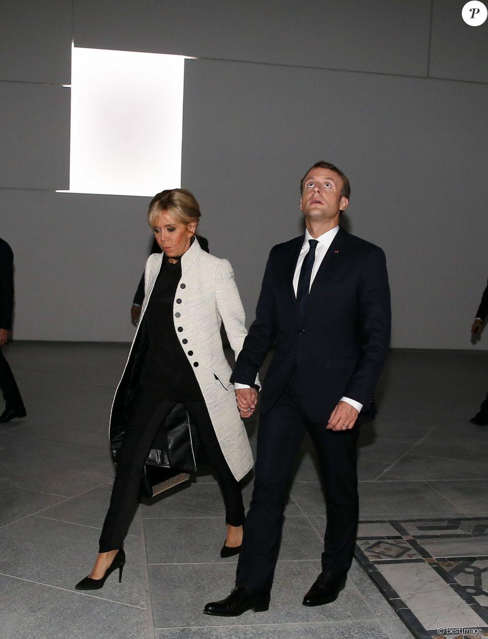 le pr sident de la r publique emmanuel macron et sa femme la premi re dame brigitte macron. Black Bedroom Furniture Sets. Home Design Ideas
