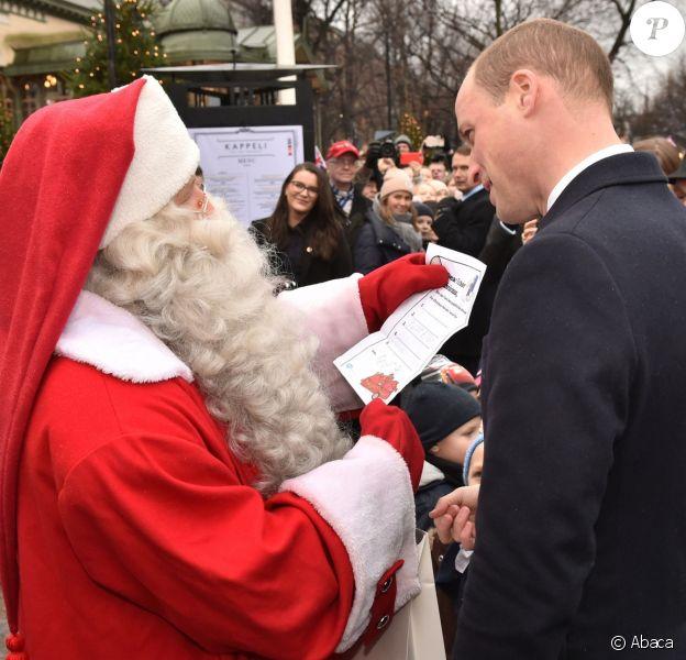 Le prince William, visitant le marché de Noël d'Helsinki le 30 novembre 2017, a pu remettre au Père Noël la lettre de son fils le prince George de Cambridge.