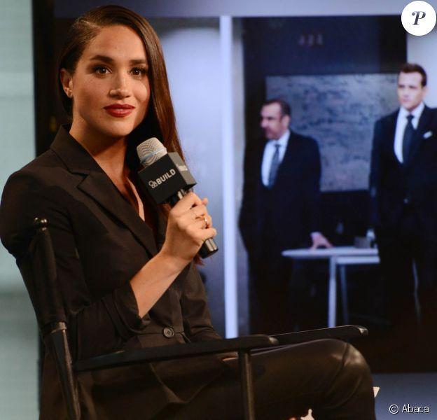 Meghan Markle évoquant en mars 2016 à New York dans les locaux d'AOL son rôle de Rachel Zane dans la série Suits.