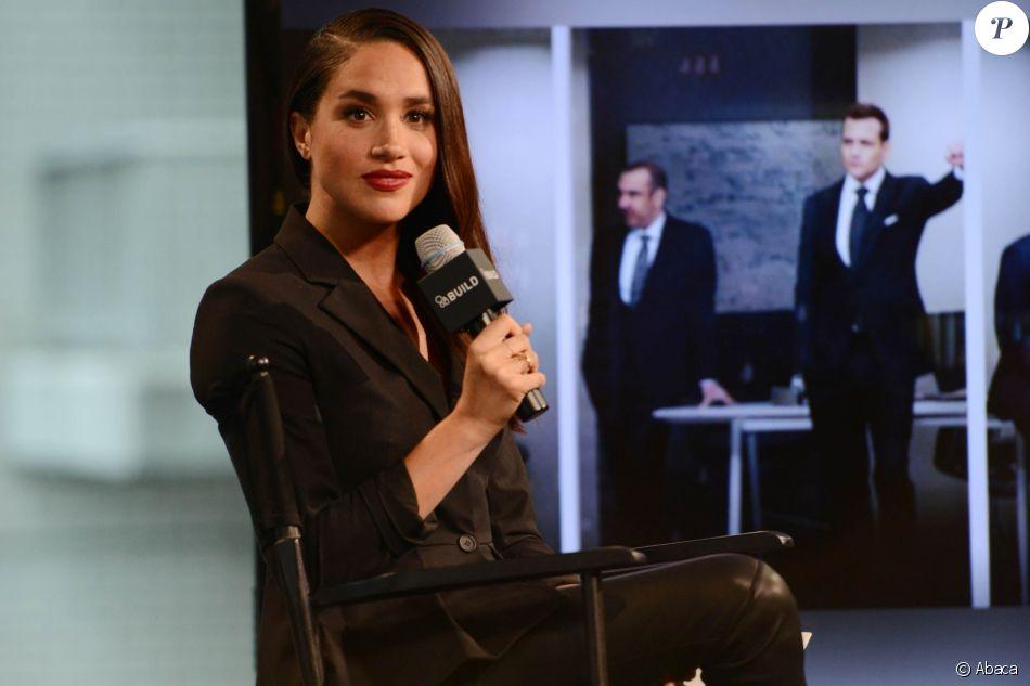Meghan Markle évoquant en mars 2016 à New York dans les locaux d'AOL son rôle de Rachel Zane dans la série  Suits .