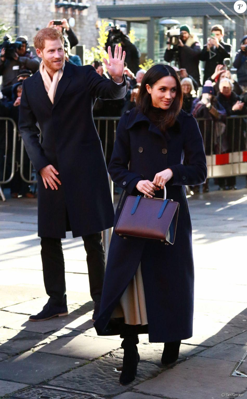 Meghan Markle, qui accompagnait son fiancé le prince Harry en engagement officiel à Nottingham le 1er décembre 2017 pour la première fois suite à l'annonce de leurs fiançailles, a fait sensation avec son sac à main de la marque écossaise Strathberry. Vendu un peu plus de 500 euros, il a été en rupture de stock en quelques minutes.