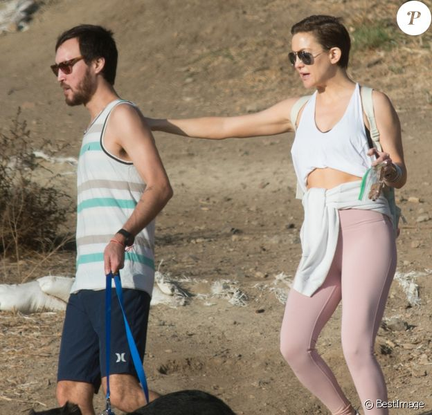 Kate Hudson et son compagnon Danny Fujikawa se promènent à Los Angeles le 3 décembre 2017.