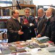 Le président Emmanuel Macron visite la librairie du Tiers Monde lors de son déplacement à Alger le 6 décembre 2017.