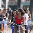 Exclusif - Mélanie Soares (Miss Bourgogne 2017) et Alicia Ayles (Miss France 2017) - Les 30 prétendantes au titre de Miss France 2018 font du roller et du vélo dans le quartier de Venice à Los Angeles, Californie, Etats-Unis, le 28 novembre 2017.