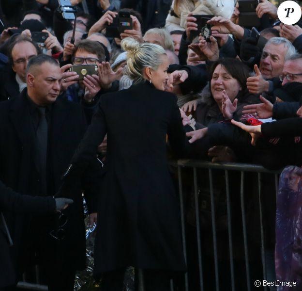 Laeticia Hallyday et ses filles Jade et Joy - Arrivée du convoi funéraire de la dépouille du chanteur Johnny Hallyday et des personnalités sur la place de La Madeleine à Paris. Le 9 décembre 2017 © CVS / Bestimage