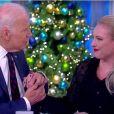 Joe Biden réconforte Meghan McCain sur le plateau de The View. Décembre 2017