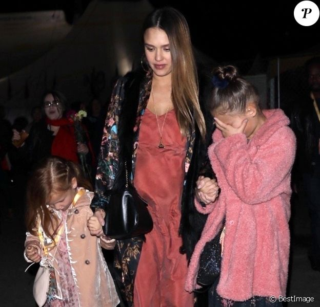 """Jessica Alba, enceinte, a assisté au spectacle """"Luzia"""" du Cirque du Soleil, avec ses filles Honor et Haven Warren. Los Angeles, le 12 décembre 2017."""