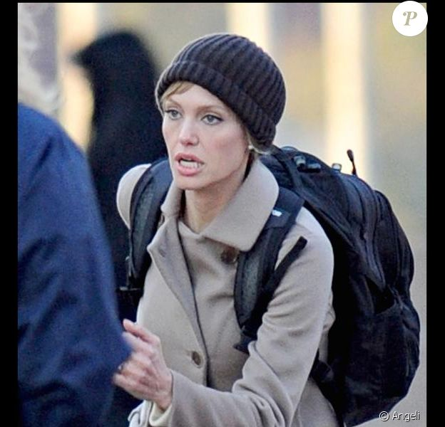 """Angelina Jolie sur le tournage de son prochain film """"Salt"""" à Washington jeudi 6 mars"""