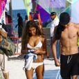 Presley Gerber et une mystérieuse inconnue se promènent sur la plage à Miami. Le couple est allé déjeuner avec C. Crawford et son mari R. Gerber. le 7 décembre 2017