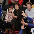 Katie Holmes et sa fille Suri assistent au match de basket de Oklahoma City Thunder vs New York Knicks à New York, le 16 décembre 2017