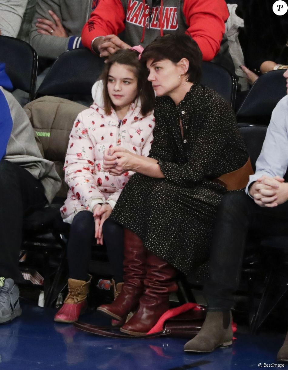 Katie Holmes et sa fille Suri assistent au match de basket de Oklahoma City Thunder vs NY à New York, le 16 décembre 2017