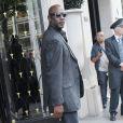 Michael Jordan quitte son hôtel à Paris, où il séjournera  à l'occasion des 30 ans de sa marque, le 12 juin 2015.