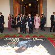 Devant cette tapisserie imposante, les invités de Felipe Calderon se montrent subjugués