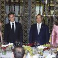 Voilà qui est plus formel ! Les deux chefs d'état, Nicolas Sarkozy et Felipe Calderon sont entourés de leurs épouses respectives, Carla Bruni et Margarita Zavala