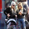 Hilary Duff et sa soeur Haylie Duff au Farmer's Market à Studio City, le 17 décembre 2017.