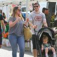Haylie Duff et son fiancé Matt Rosenber se baladent avec leur fille Ryan à Los Angeles le 1er octobre 2017.