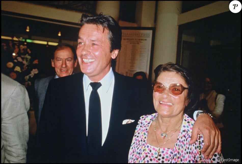 Alain Delon et sa mère Edith à l'avant-première du film Ne réveillez pas un flic qui dort en 1988