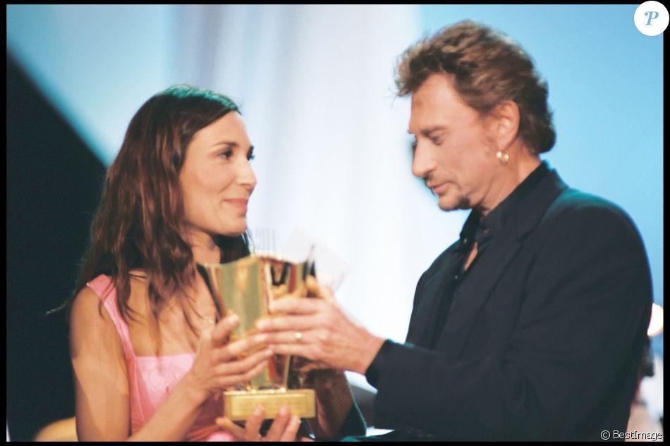 Zazie reçoit une Victoire de la musique des mains de Johnny Hallyday à Paris, le 20 février 1998.