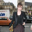 Louise Bourgoin joue les belles au défilé Vuitton le 12 mars 2009