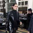 Bella Hadid pose avec ses fans en arrivant à l'hôtel Royal Monceau à Paris en marge de la Fashion Week Haute Couture printemps-été 2018 le 24 janvier 2018.