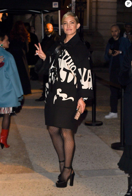Kate Hudson arrive au défilé de mode « Valentino », collection Haute-Couture printemps-été 2018, à Paris le 24 janvier 2018.