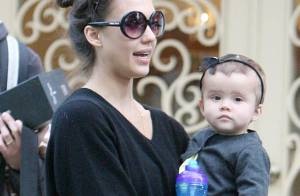 Jessica Alba de retour à Los Angeles... son mari et sa fille sont aux anges !