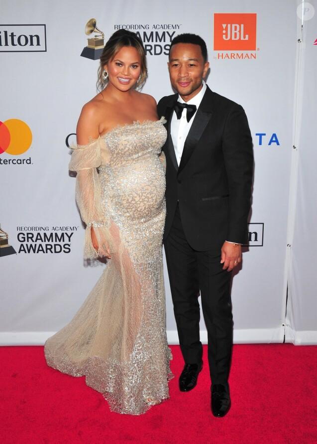 """Chrissy Teigen enceinte et son mari John Legend - Gala pré-Grammy Awards """"Salute to Industry Icons"""" de la Clive Davis Foundation et la Recording Academy à New York, le 27 janvier 2018."""