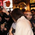 Angelina Jolie est attendue par de nombreux fans à la sortie de la boutique Guerlain à Paris le 29 janvier 2018