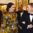 La duchesse Catherine de Cambridge, enceinte et en robe Erdem, au bras de l'ambassadeur David Cairns lors d'un dîner à la résidence de l'ambassadeur de Grande-Bretagne à Stockholm le 30 janvier 2018.