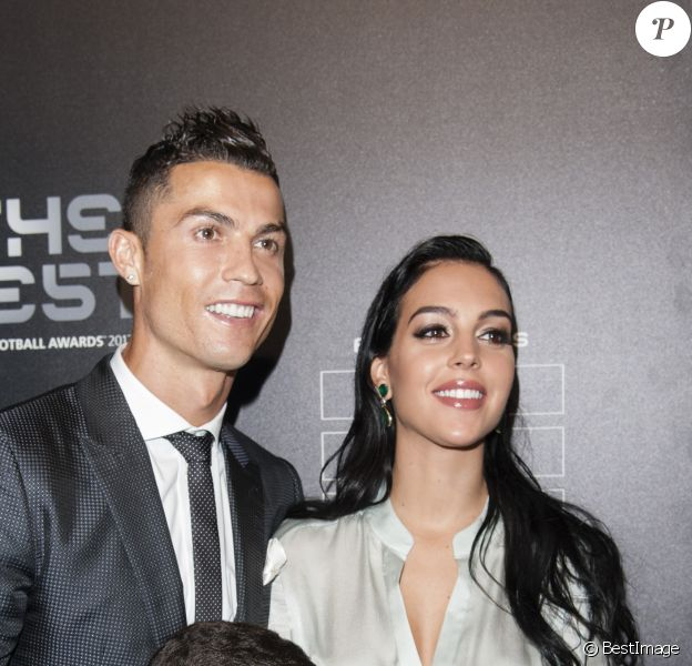 Cristiano Ronaldo (meilleur joueur), son fils Cristiano Jr et sa compagne Georgina Rodriguez enceinte - The Best FIFA Football Awards 2017 au London Palladium à Londres, le 23 octobre 2017. © Pierre Perusseau/Bestimage