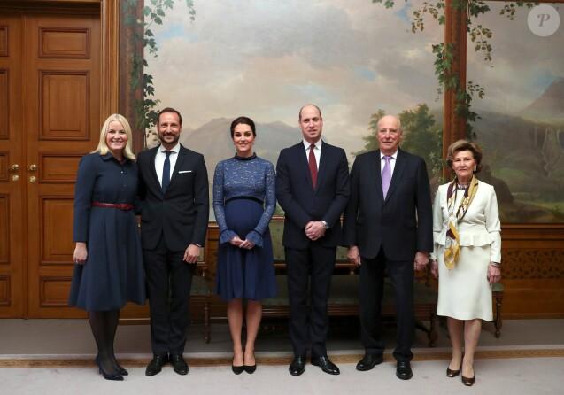 La duchesse Catherine de Cambridge, enceinte et en robe Seraphine, et le prince William ont été accueillis au palais royal à Oslo par la princesse Mette-Marit, le prince héritier Haakon, le roi Harald V et la reine Sonja de Norvège le 1er février 2018.